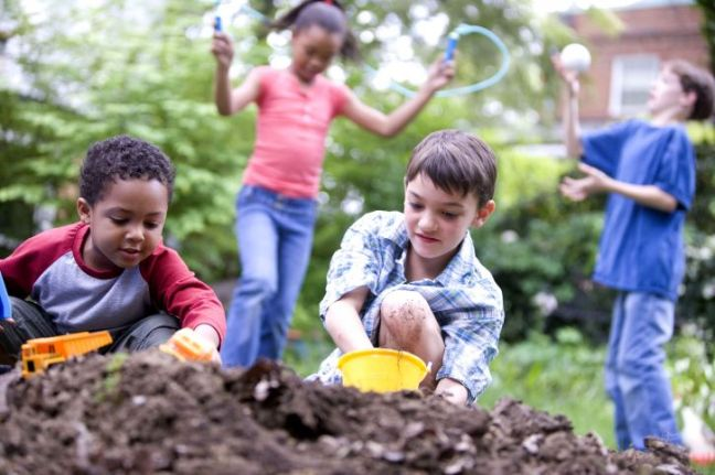 two-caucasian-and-two-african-american-children-playing-together-725x483
